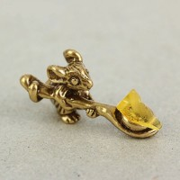 Денежная мышка с ложкой и янтарем