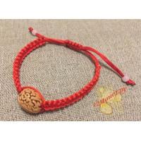 Красная нить с грецким орехом